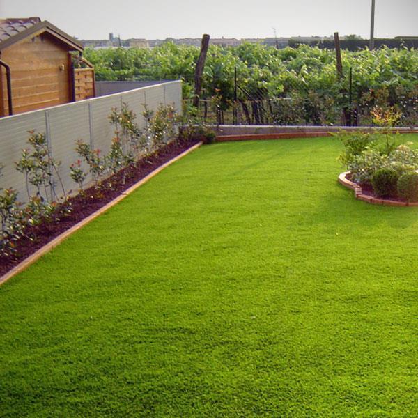 Giardino, prato in erba sintentica. Posatura per giardini e terrazzi ...